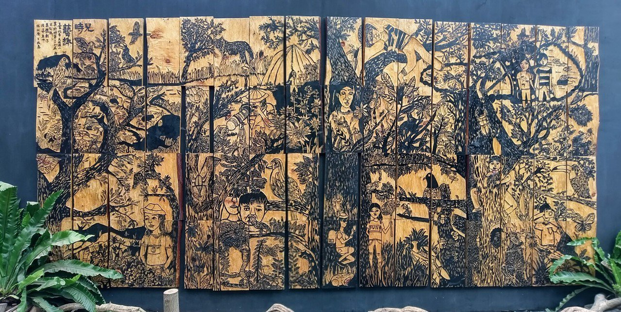 台北市民族國小大型木雕作品「兒時藝趣」從同一塊台灣檜木分切成,共有64片,大小形...