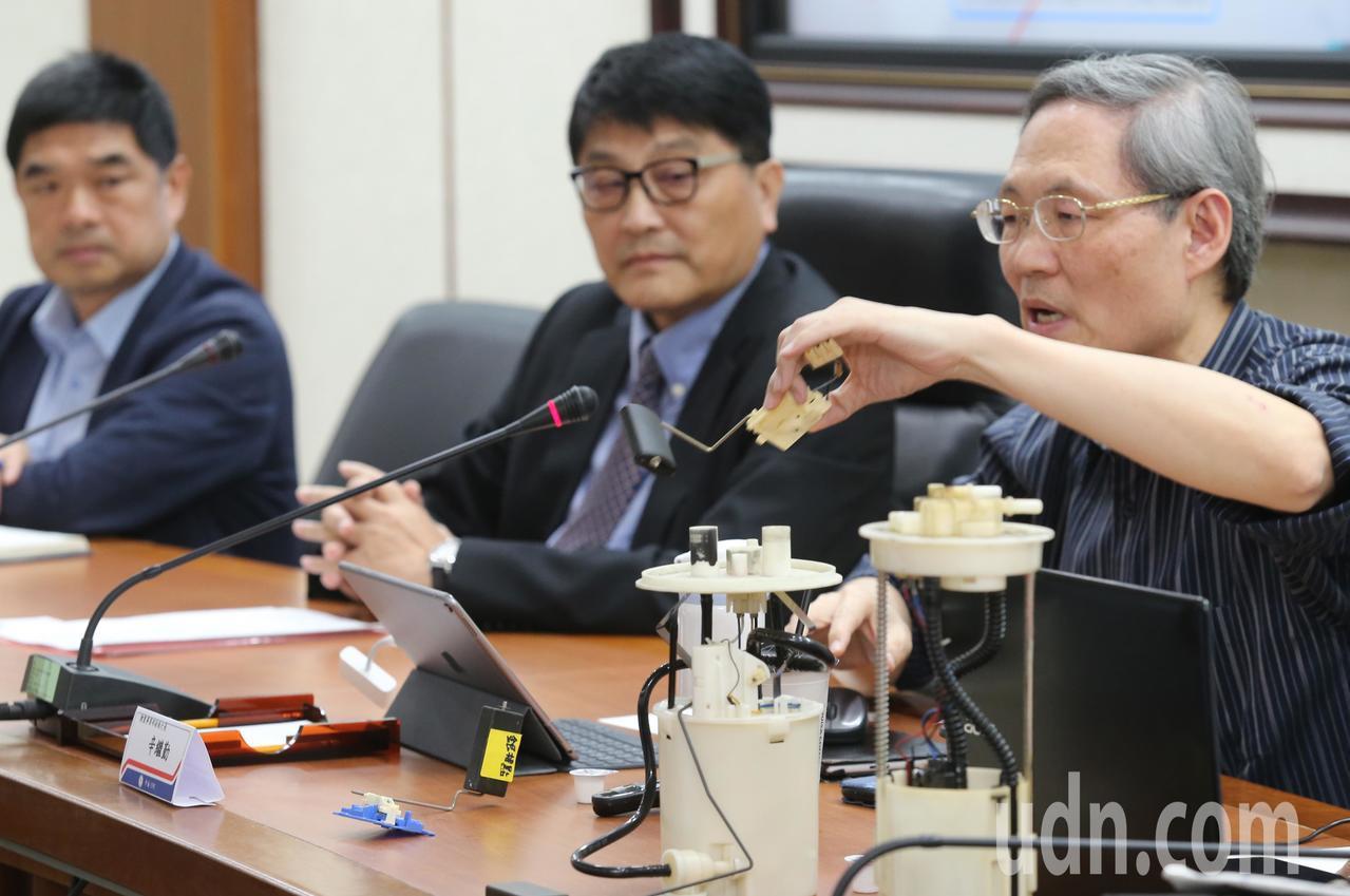 中油公司油品行銷事業部執行長羅博童(左起)、副總經理黃仁弘、煉製事業部副執行長辛...
