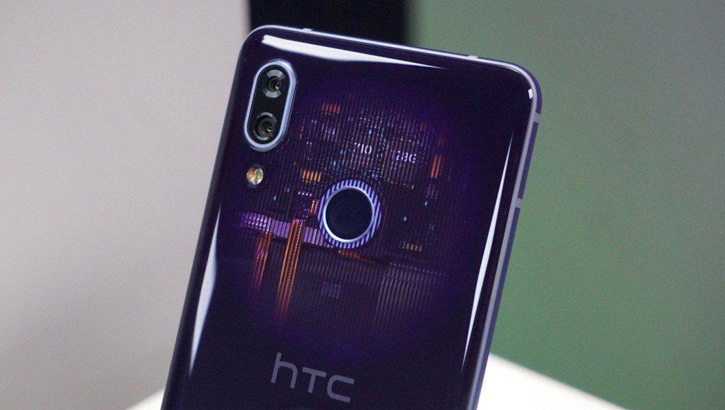 HTC U19e超凡紫具有漸層透視、水漾金屬光澤背蓋設計。記者黃筱晴/攝影