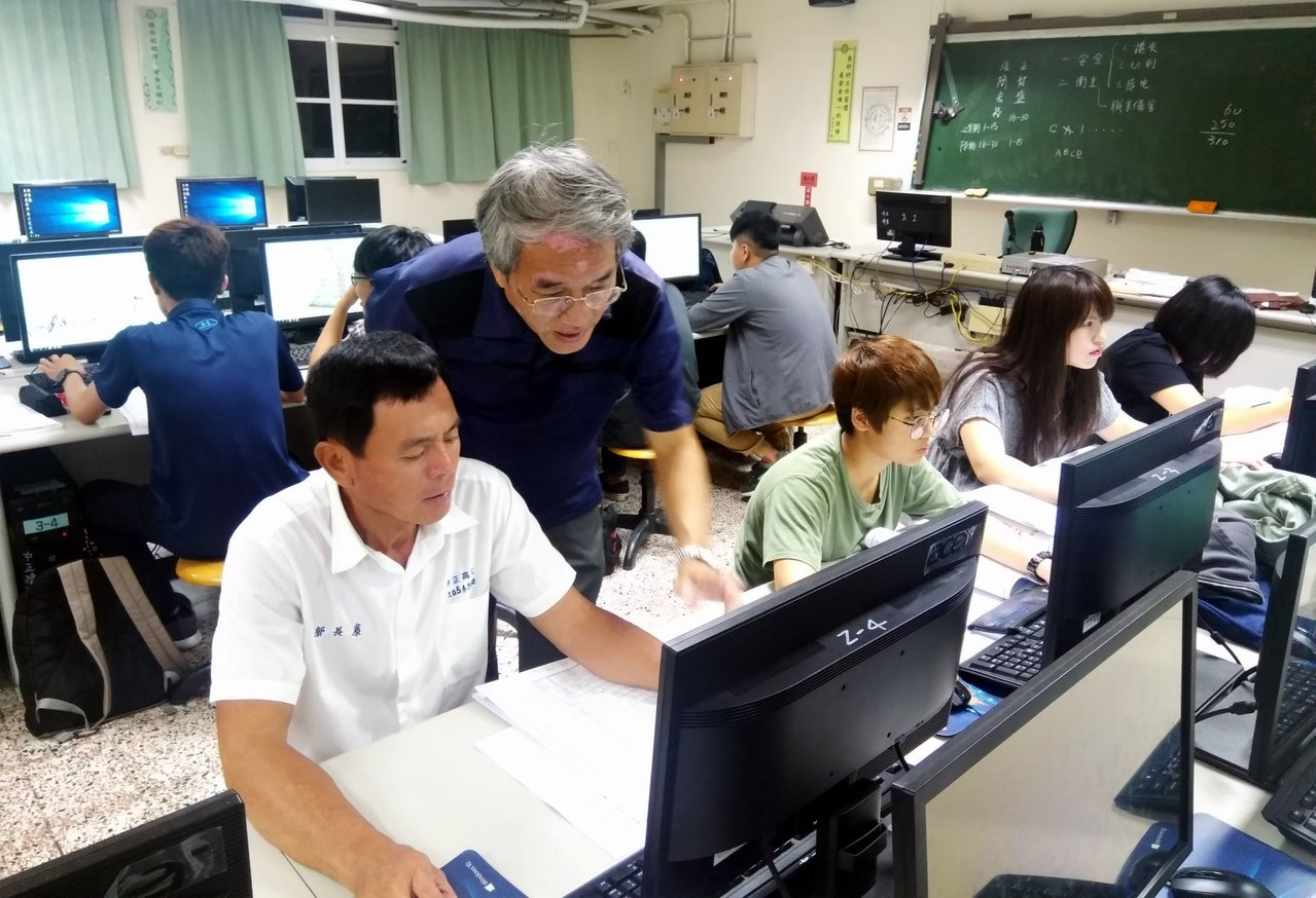 中正高工進修部58歲畢業生郭長蒝(前左)在教師指導下努力學習,考取「建築製圖應用...