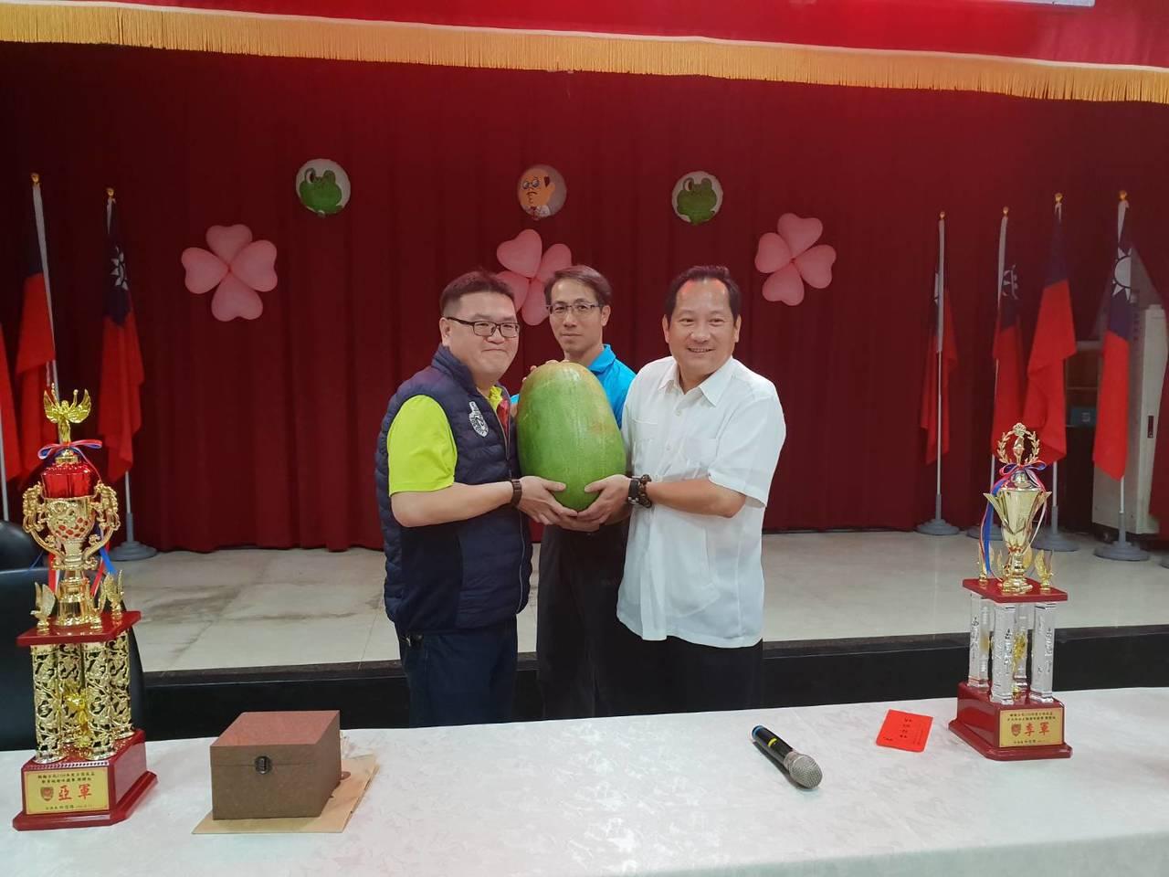 楊梅警友辦事處主任許志寧(左)也到場加油打氣,並送每位員警超商禮卷500元,另外...