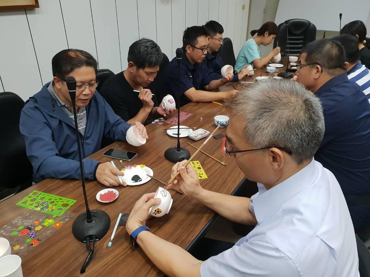 楊梅警分局慶祝警察節,下午舉辦陶瓷彩繪活動。記者鄭國樑/翻攝