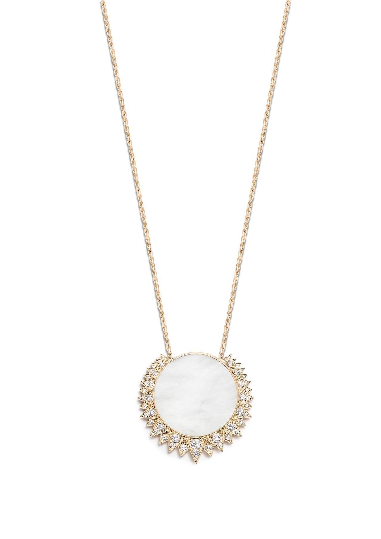 伯爵表Sunlight系列珍珠母貝18K玫瑰金鑲鑽墜鍊,約53萬元。圖/PIAG...