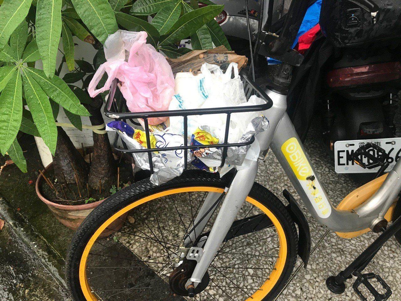 oBike車籃被亂丟垃圾。記者王思慧/攝影