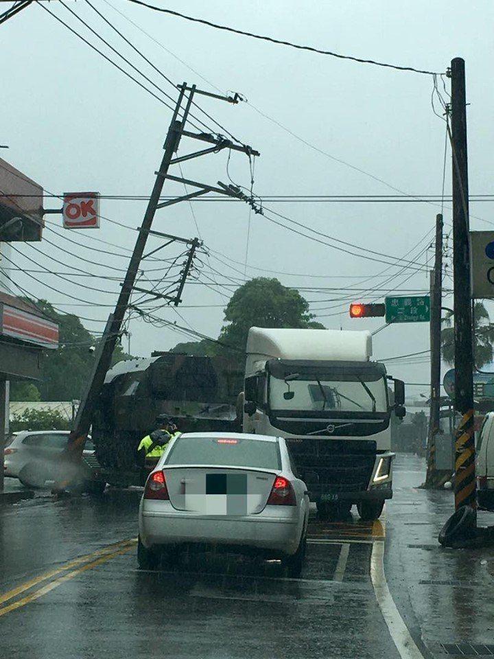 載軍方車輛的拖板車撞斷電桿。圖翻攝自臉書爆料公社