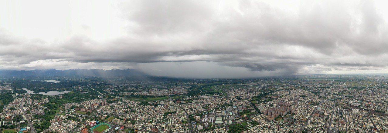影/嘉義天空又破洞!雙瀑雨水往下倒奇觀 攝影師空拍驚呼