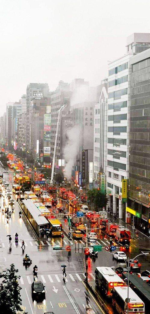 北市松山區南京東路四段一棟12層的住商混合大樓,今天下午5時許火警。圖/民眾提供