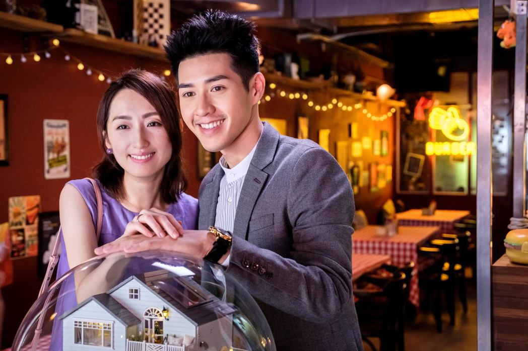 吳岳擎(右)劇中向柯佳嬿求婚成功。圖/歐銻銻娛樂提供
