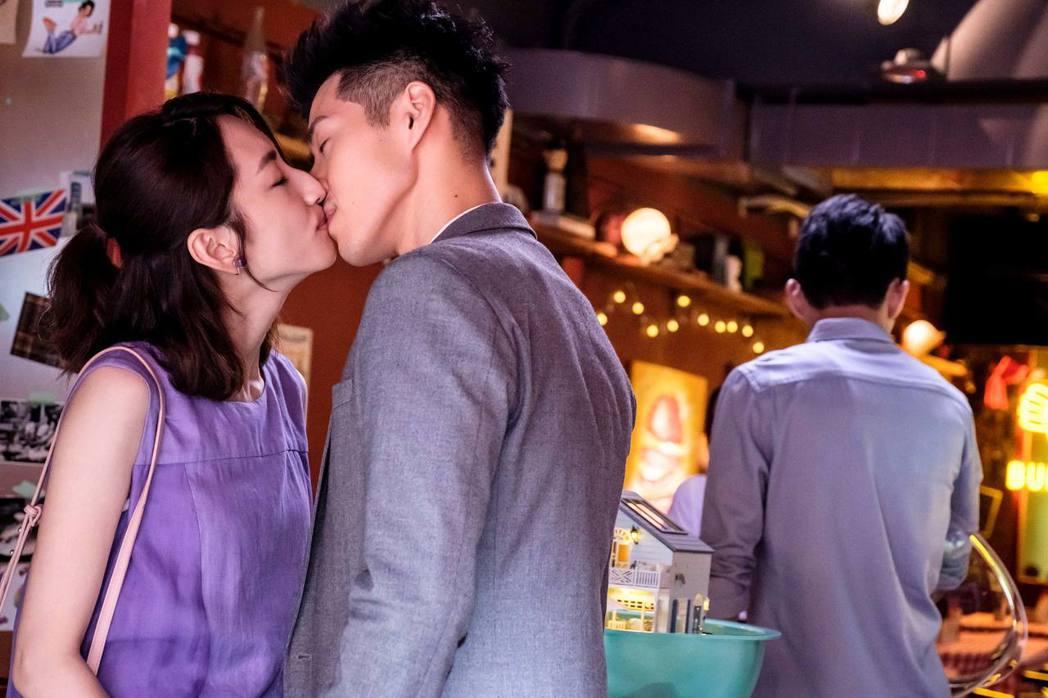 吳岳擎(右)與柯佳嬿上演吻戲。圖/歐銻銻娛樂提供