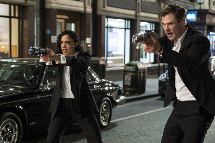 在「MIB星際戰警:跨國行動」電影中不論是克里斯漢斯沃(右)和女主角Tessa ...