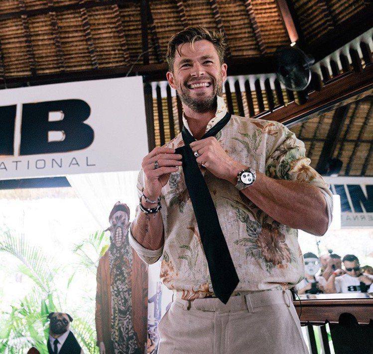 現身峇里島「MIB星際戰警:跨國行動」活動時,克里斯漢斯沃以花襯衫搭配Autav...