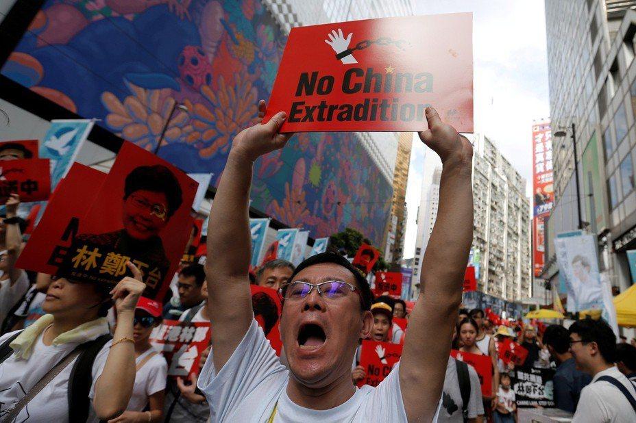 香港9日暴發主權轉移以來,規模最大的示威,逾百萬人上街遊行「反送中」,但港府態度強硬,仍計劃要在12日恢復逃犯條例二讀。「民間人權陣線」宣布,要召五萬人11日「徹夜留守包圍立法會」,香港民間也有大批團體組織,號召在12日罷工、罷市、罷課,形容這是背水一戰。路透