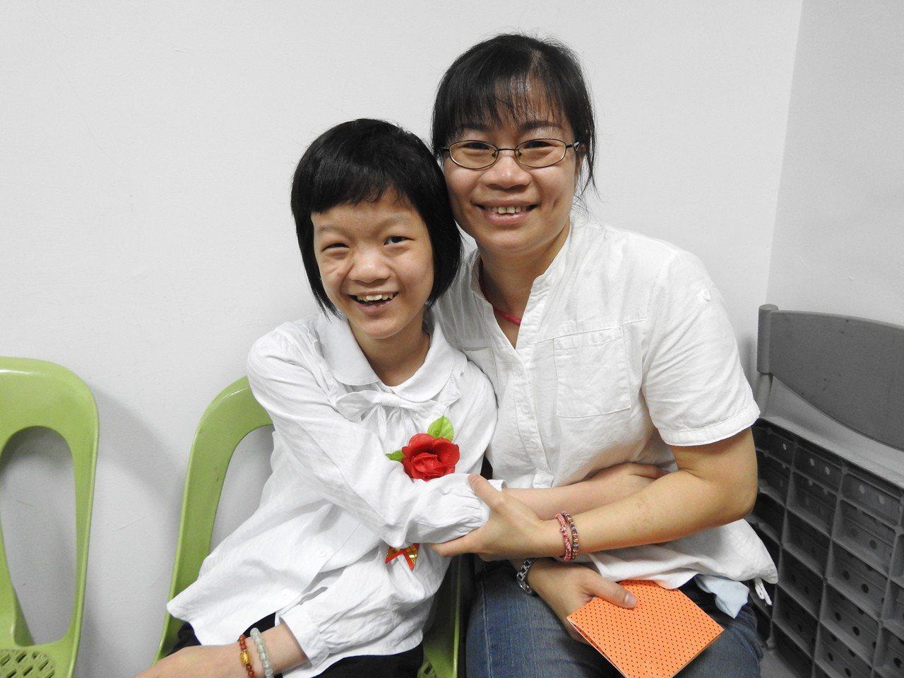 南投縣草屯炎峰國小曾奕璇(左)今畢業獲「鎮長獎」和「生命典範獎」,在母親陪同下參...
