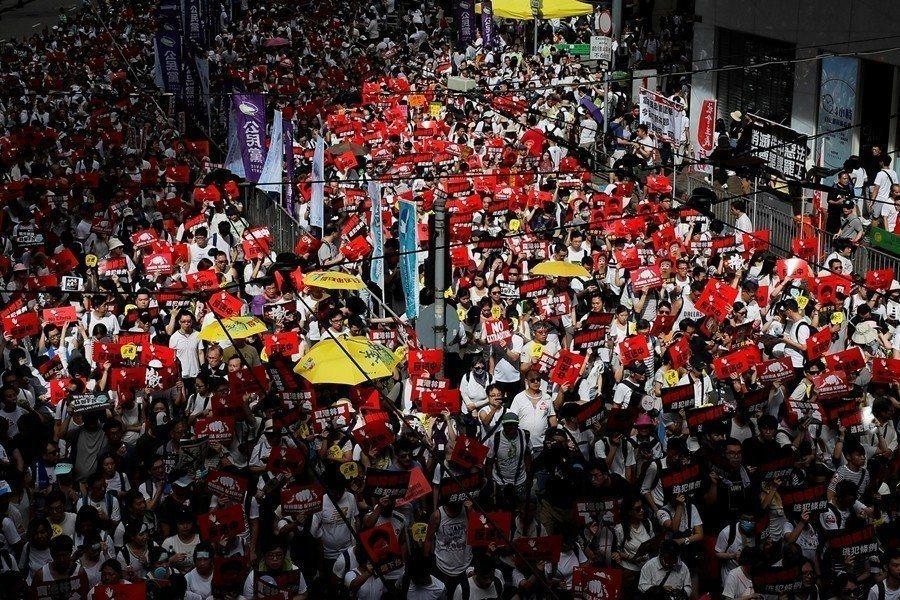 香港百萬人上街反對逃犯條例修訂。(路透)