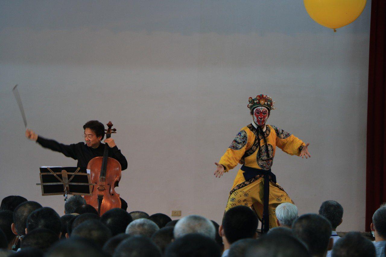 大提琴家張正傑希望藉由音樂的洗禮,抒解收容人失去自由的情緒,讓藝術與愛的力量在他...