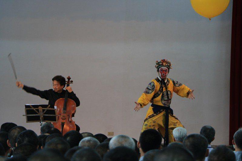 大提琴家張正傑希望藉由音樂的洗禮,抒解收容人失去自由的情緒,讓藝術與愛的力量在他們生命中種下一顆種子。記者江國豪/攝影
