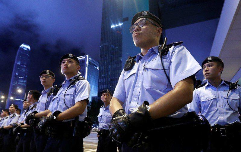 面對12日開始可能出現的大型示威行動,香港警方已下發員警非致命的豆袋彈、橡膠彈等裝備。圖為9日面對遊行抗議的港警。(路透)