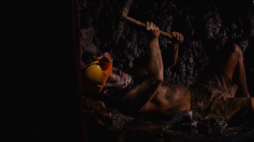 蔡昌憲下礦坑扮演礦工,整個人灰頭土臉。圖/公視提供