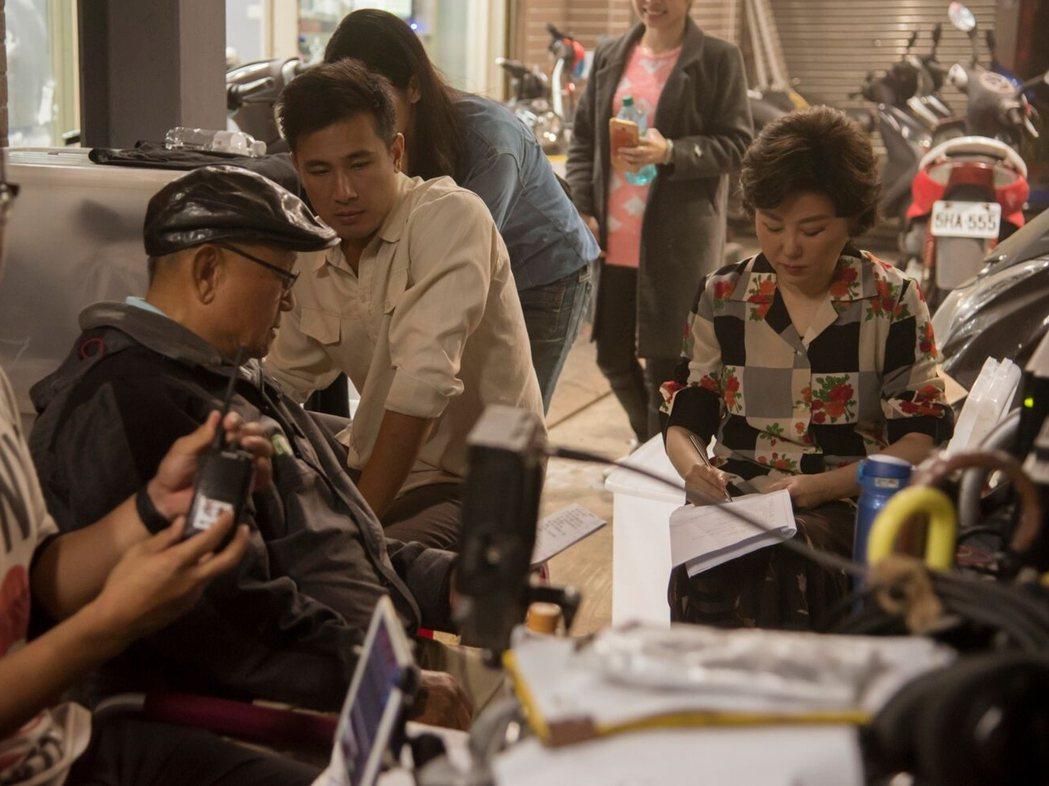 藍心湄(右)演台語劇「苦力」,跟導演李岳峰(左)邊討論劇本邊做筆記。圖/公視提供