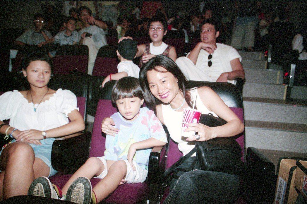 周湯豪童年時和母親一起看「獅子王」動畫版試片,後方戴帽子的小朋友是李玉璽。圖/報...