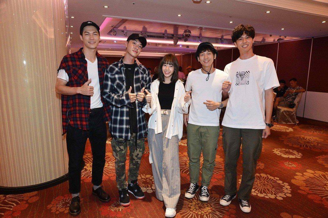 莊迦漢(左起)、陳信維、陳天仁、簡劭峰、風田出席「90後的我們」殺青宴。圖/八大...