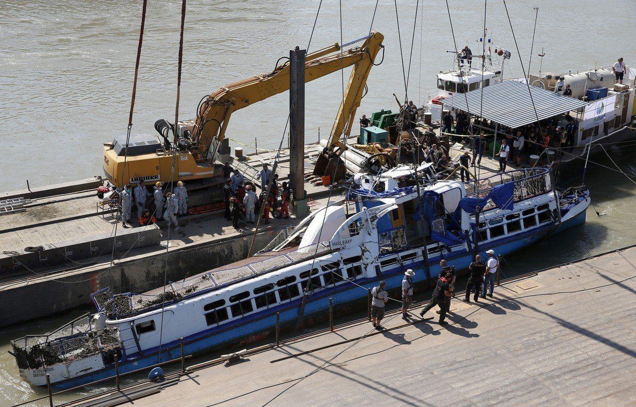 吊車11日將沉入多瑙河的「美人魚號」遊船拉上岸。(法新社)