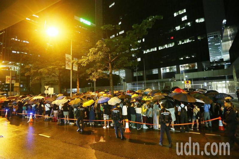 立法會綜合大樓前已有群眾冒雨聚集,現場警力持續增加戒備。特派記者王騰毅/攝影