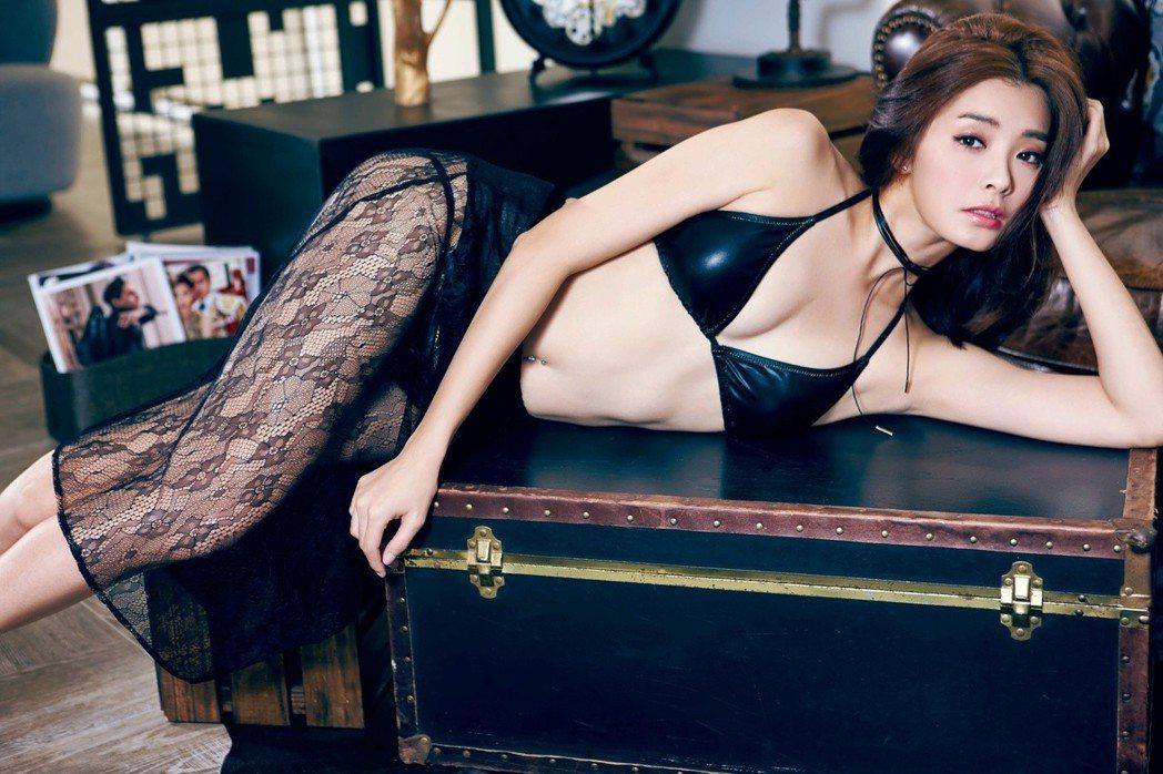 夏如芝展露性感一面。圖/FHM男人幫國際中文版提供
