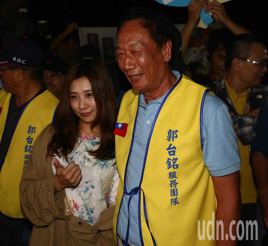 郭台銘 (右)前往台中逢甲夜市,吸引許多年輕民眾到場力挺。記者黃仲裕/攝影