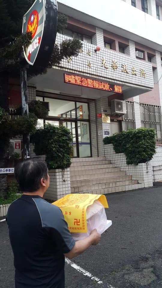 台中市公民會館協會理事長傅東森今天帶2隻台灣獼猴遺體,到派出所報案。圖/公民會館...
