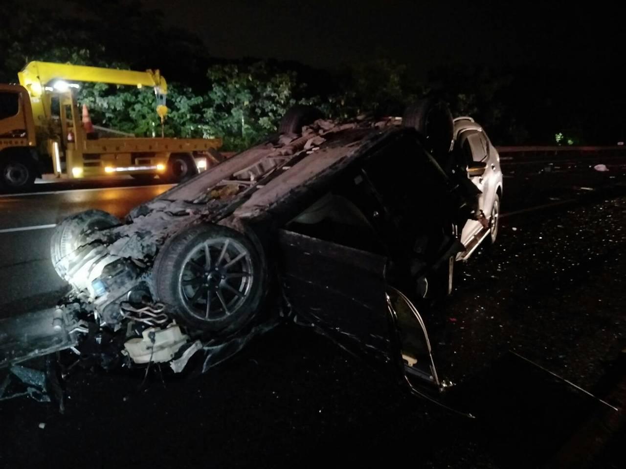 國道三號南下龍崎關廟段晚間發生三車追撞。記者吳淑玲/翻攝