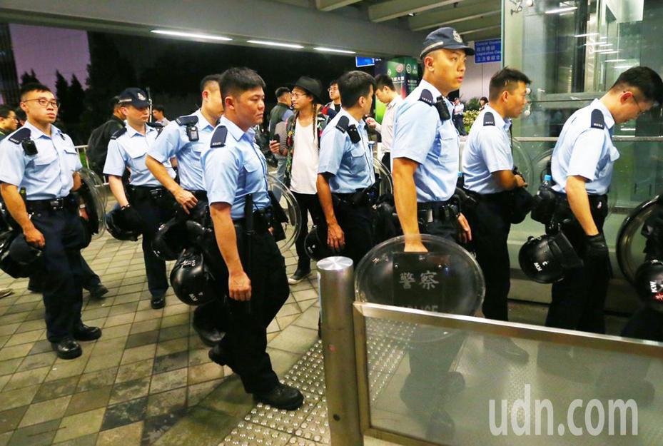 越是接近逃犯條例修改草案二讀時刻,香港警方更增添大批手持盾牌警員進入立法會周邊駐守。特派記者王騰毅/攝影