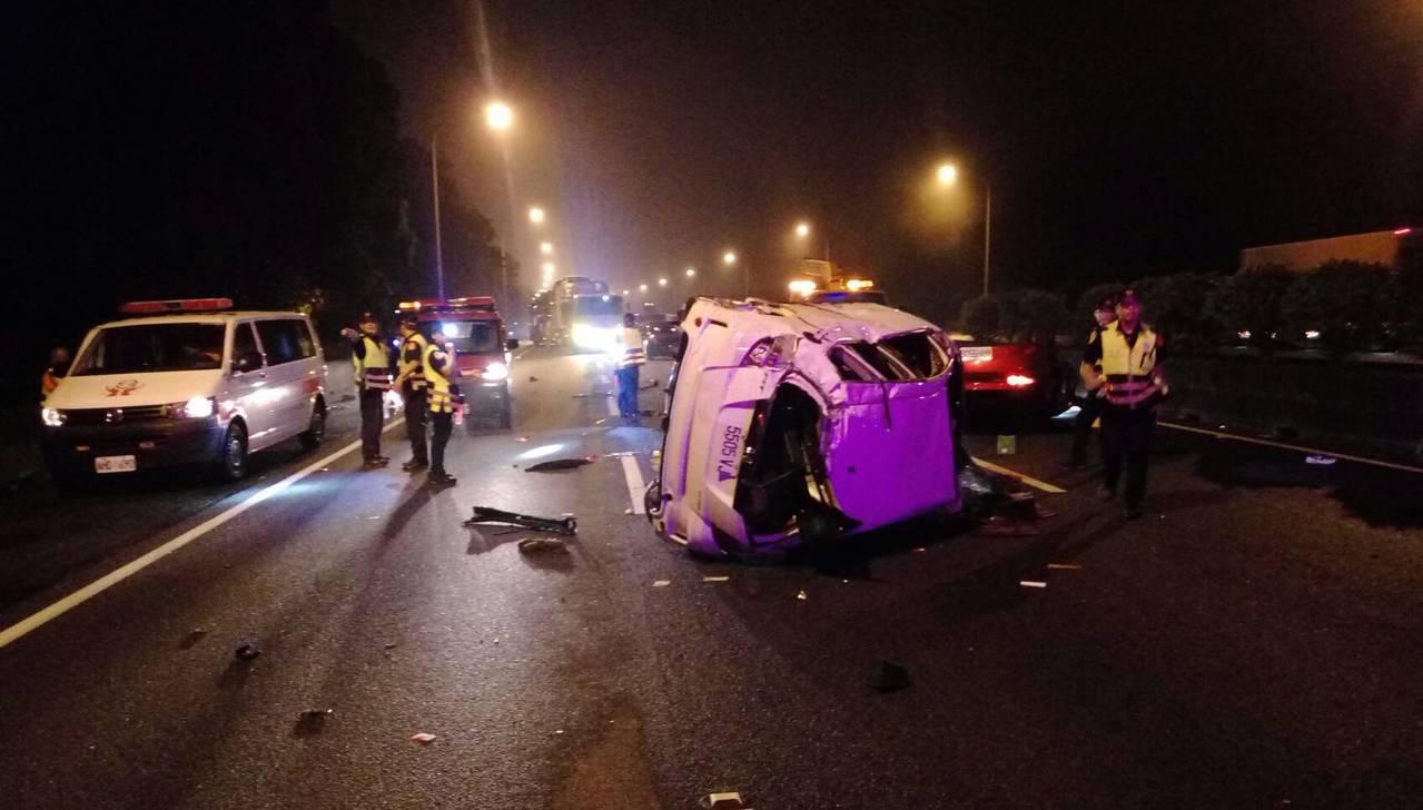 國道1號苗栗縣三義南下路段11日晚上發生3輛大小車事故 ,造成1人OHCA2人輕...