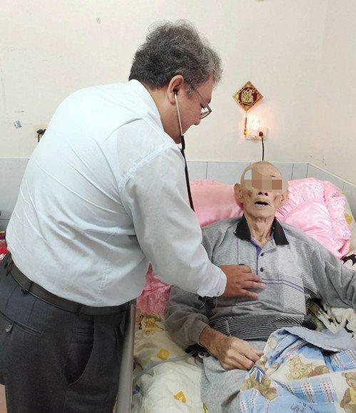曾在舊旗津醫院擔任急診室主任的朱家煌(左)「覺得放不下老病患」,在高醫接手旗津醫...