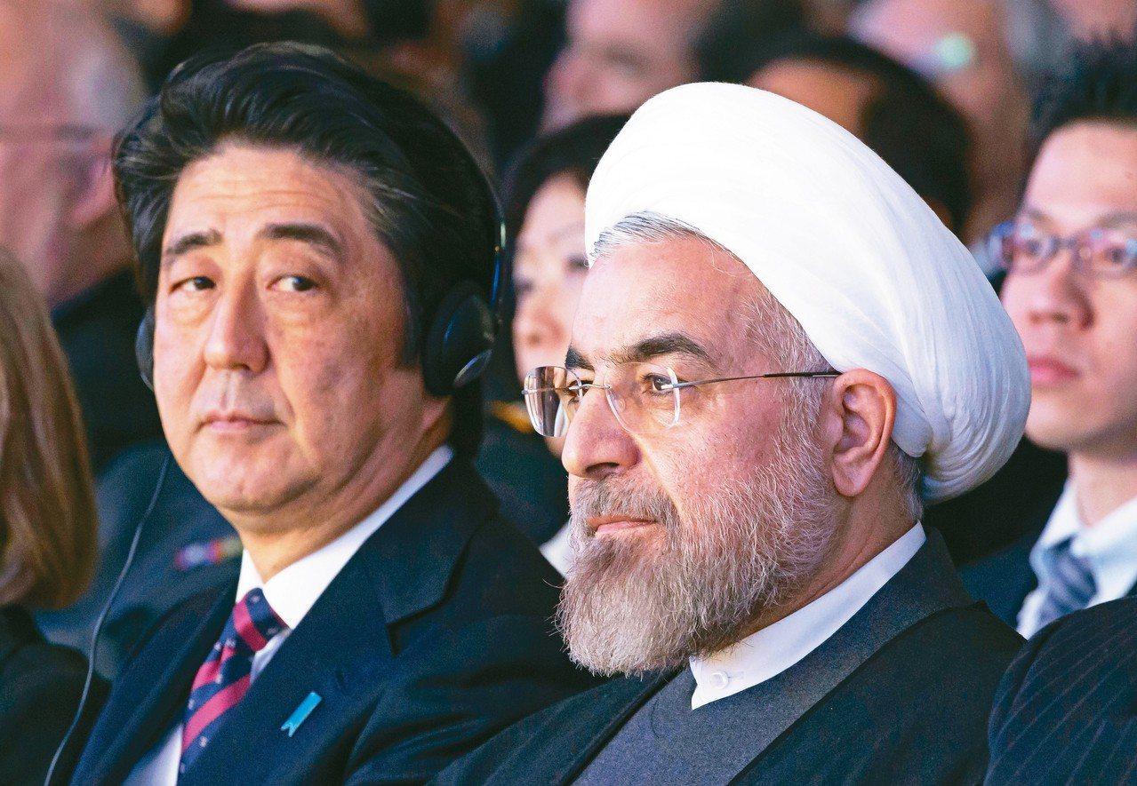 日本首相安倍晉三(左)十二日訪問伊朗,有意擔任美國與伊朗間的調人,圖為安倍和伊朗...