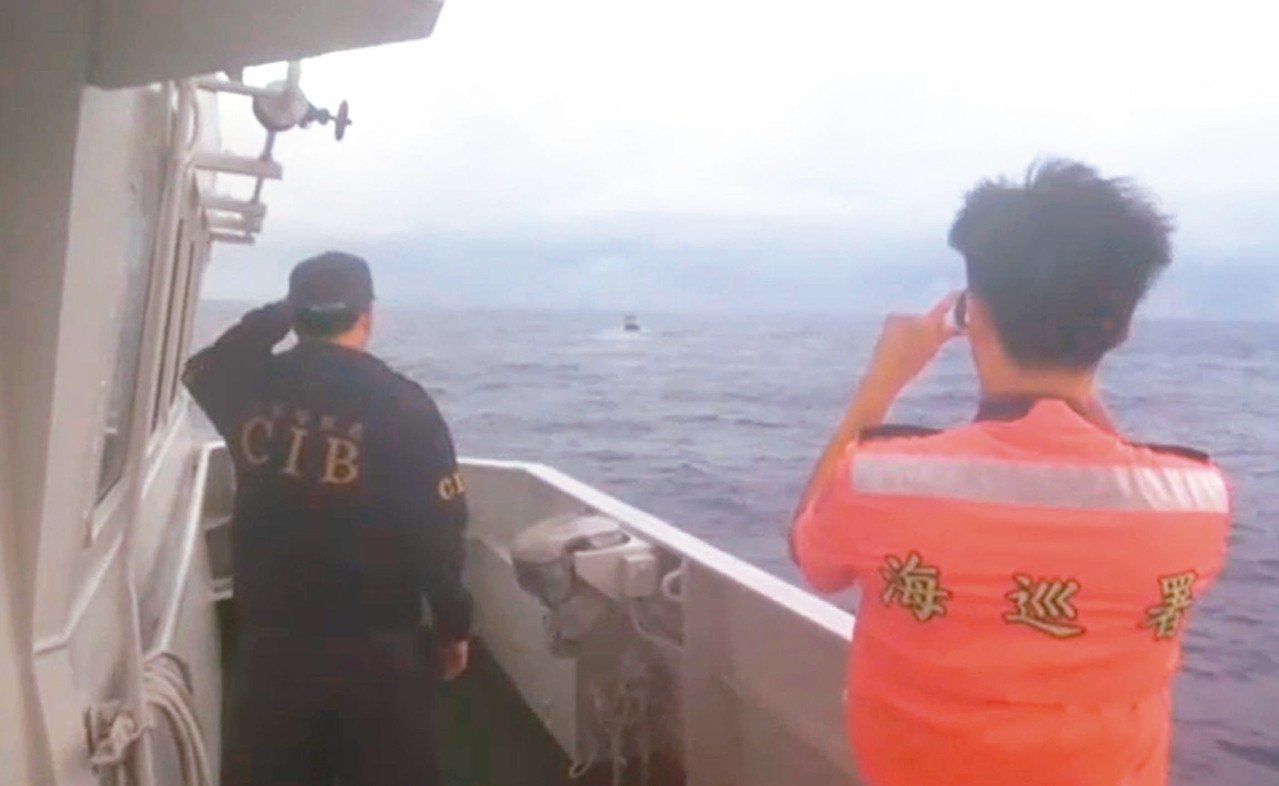 檢警在大海中航行30小時,在中沙群島海域查獲涉嫌走私毒品的漁船。 圖/屏東地檢署...