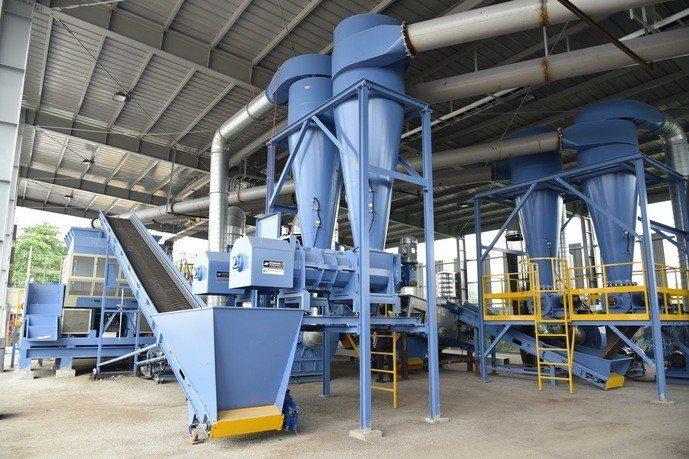 雲林縣第一座MT機械處理設備仍在試營運,目標是每處理100噸垃圾,可產出30%燃...