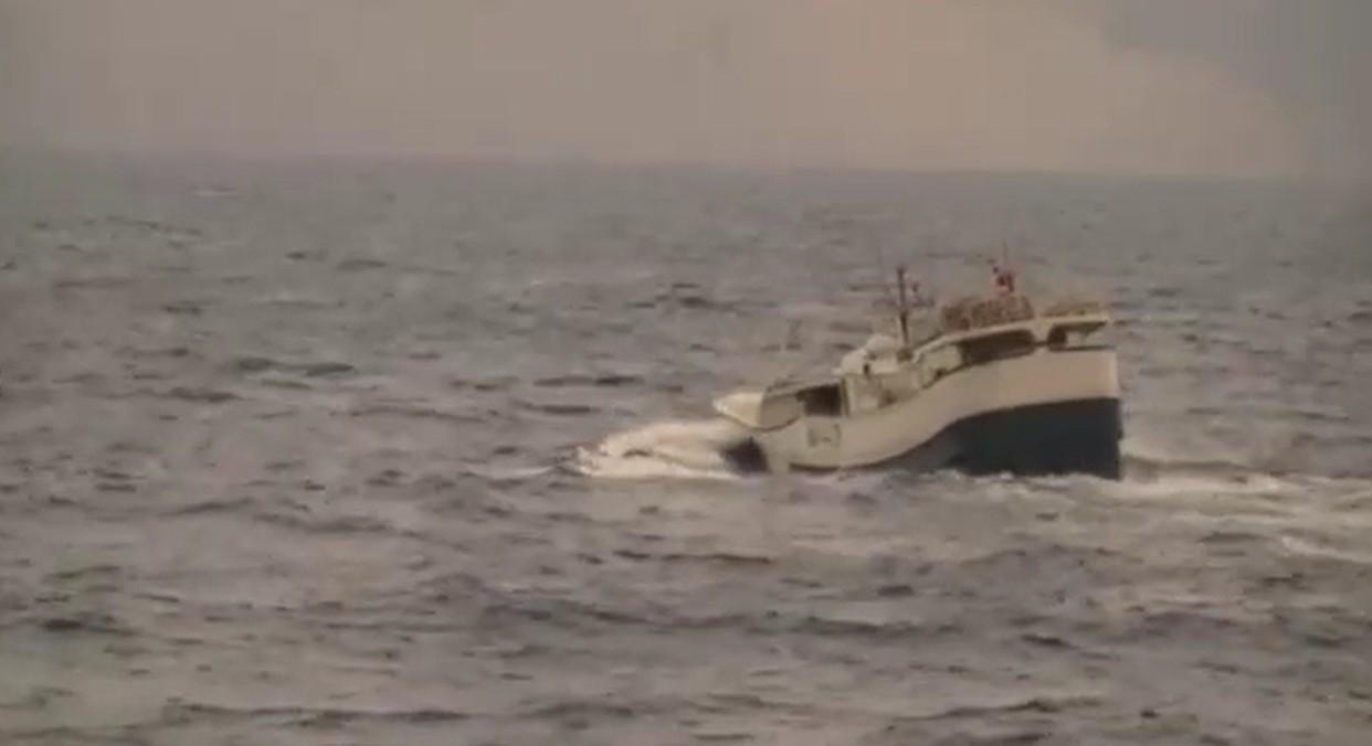 檢警成立專案小組歷經2年蒐證及30小時的單線航程,終於在海上查獲販毒漁船。 圖/...