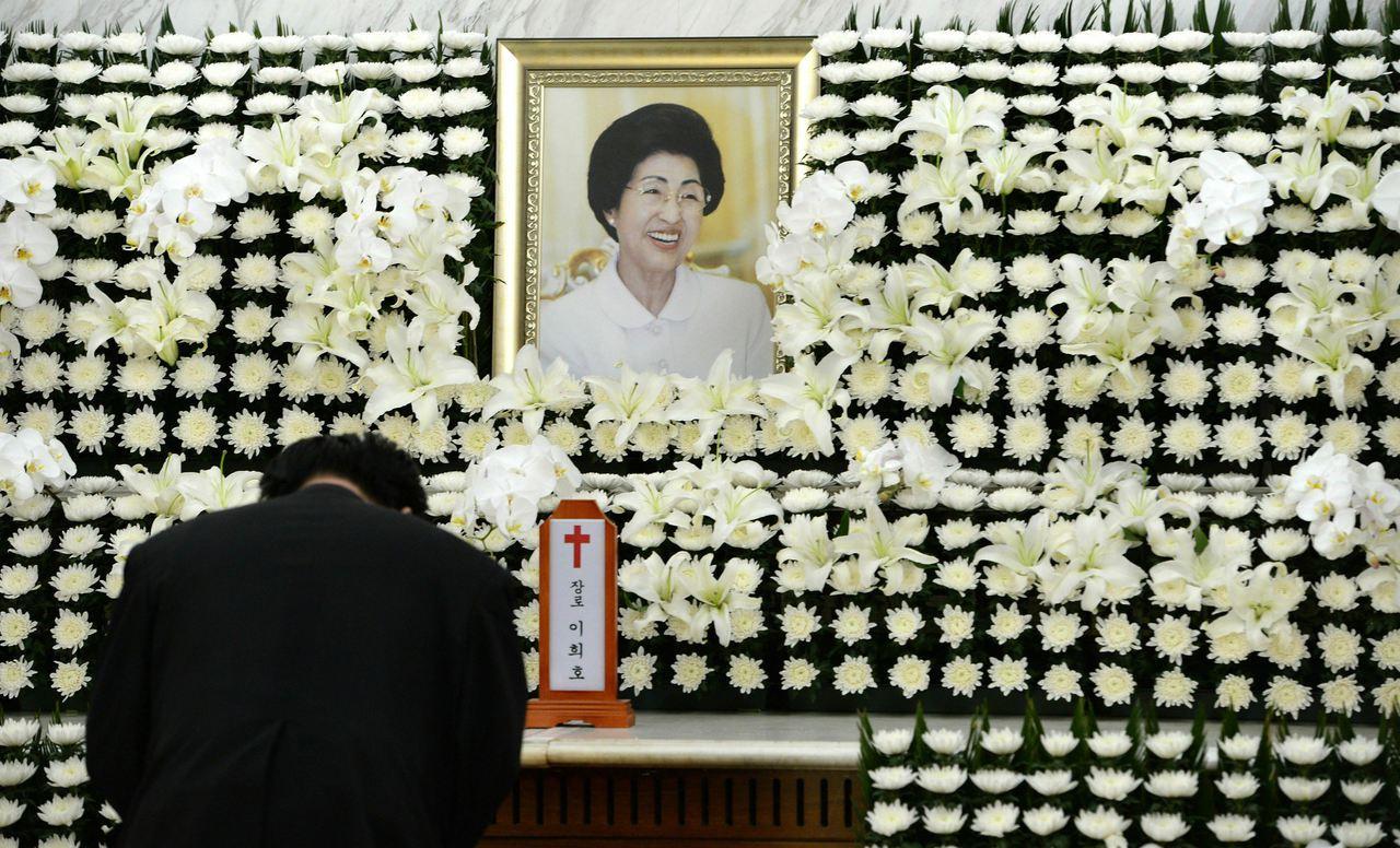 南韓前總統金大中遺孀李姬鎬(圖中照片者)10日晚間逝世。 美聯社