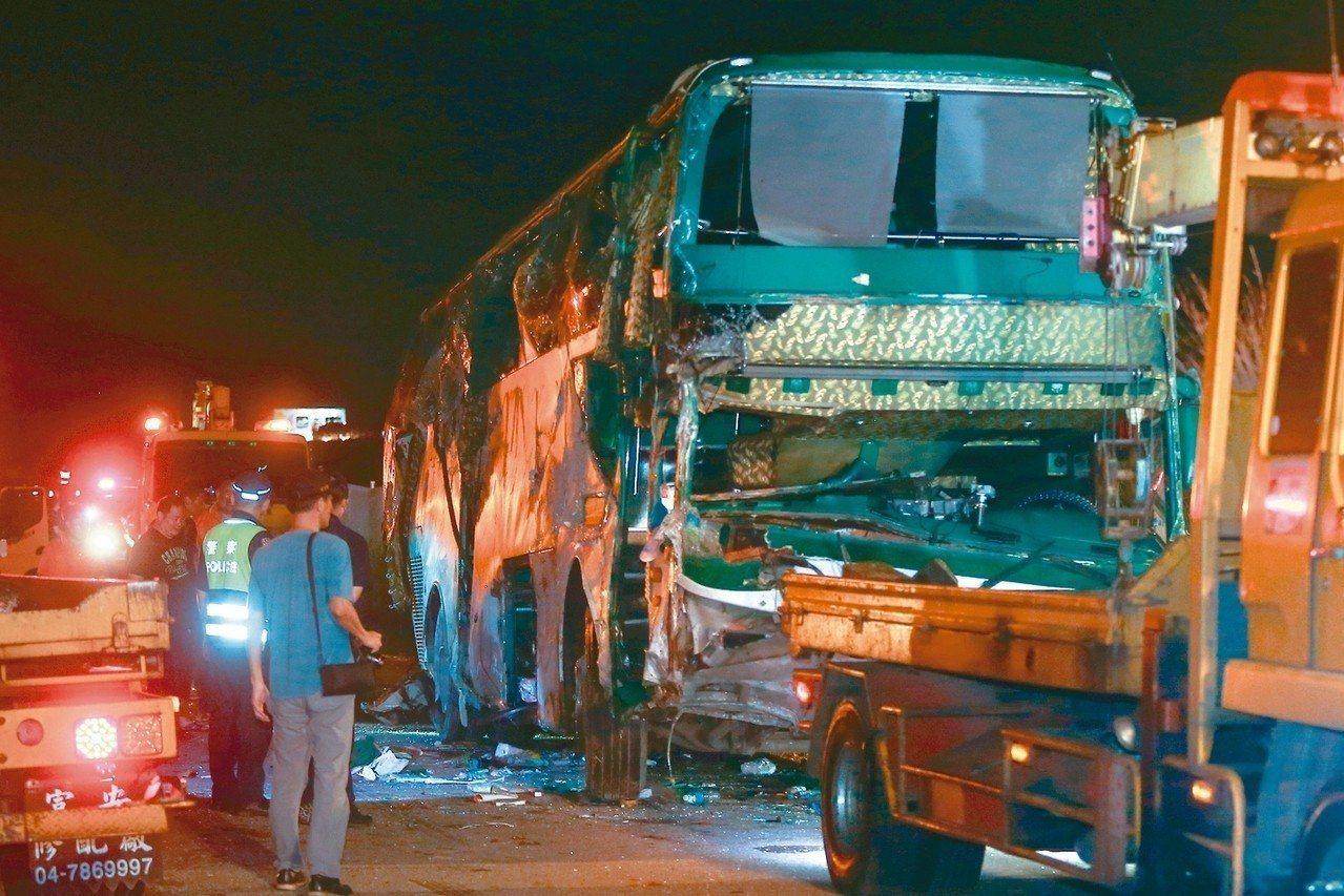 阿羅哈遊覽車,昨天深夜在中山高彰化戰備道翻覆車禍造成3死11傷2人無礙。 本報資...