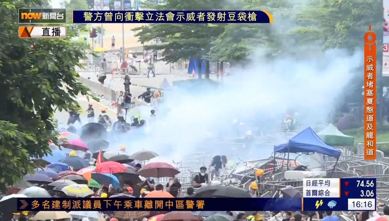 港警丟催淚彈驅離民眾。圖/翻攝自香港now新聞台