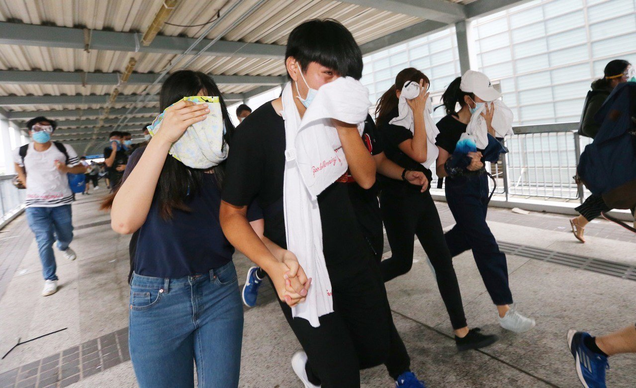 港警下午丟催淚彈驅離在香港立法會外聚集的民眾。特派記者王騰毅/攝影