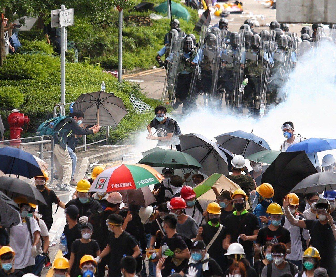 港警6月12日下午丟催淚彈驅離在香港立法會外聚集的民眾。特派記者王騰毅/攝影