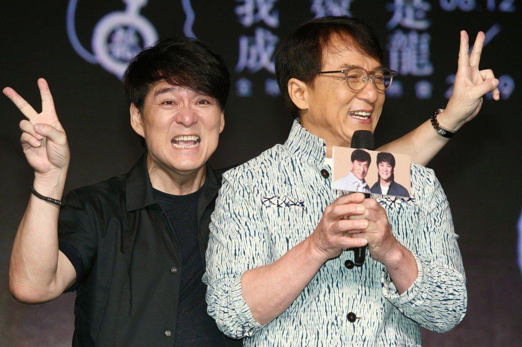 睽違十七年,動作巨星成龍再度發片,許多成龍音樂界朋友紛紛祝賀,歌手周華健(左)也...