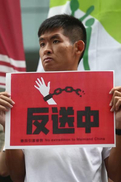 台灣NGO團體聲援「反送中」,一早至台北的香港經貿文化辦事處樓下抗議,近百位台港...