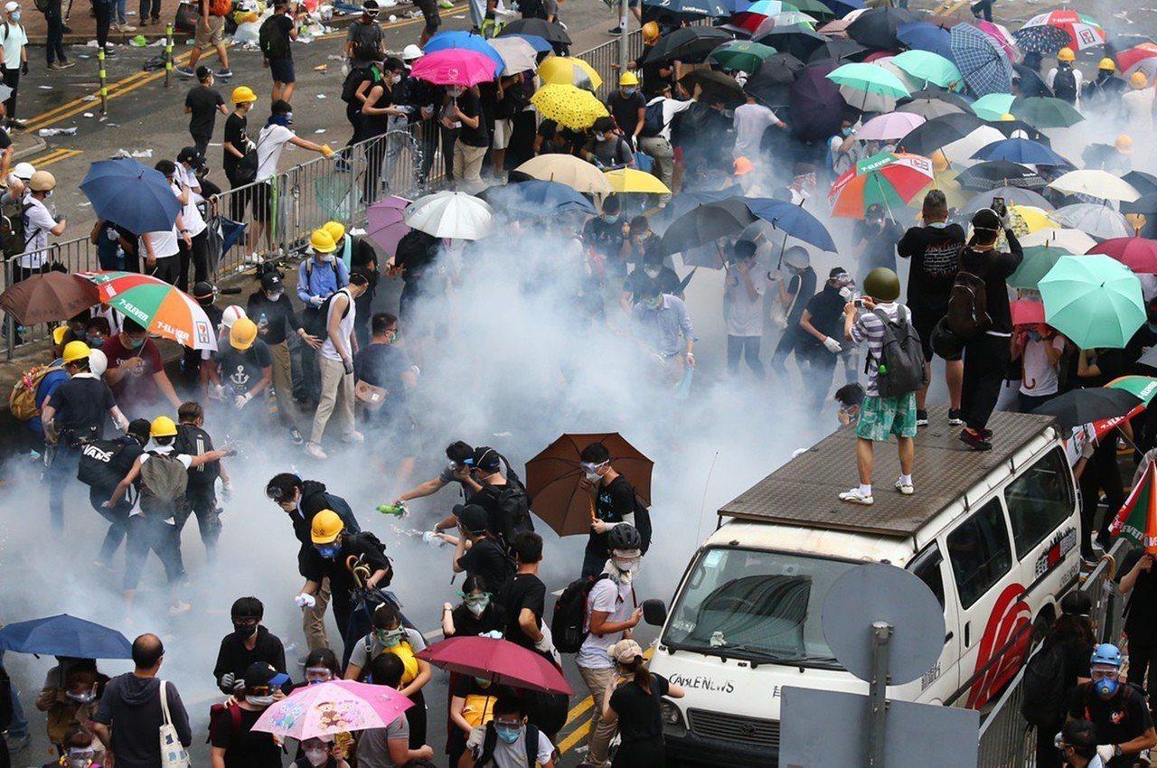 反送中抗議爆衝突,香港警方擲催淚彈到抗議人群中間,眾人紛紛走散。特派記者王騰毅/...
