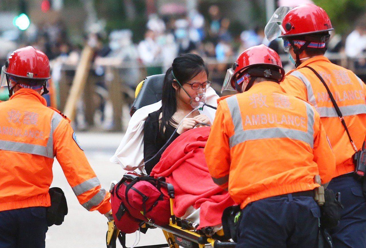反送中抗議爆衝突,香港警使用橡膠彈、布袋彈及催淚煙驅散抗議民眾,有抗議者受傷送醫...