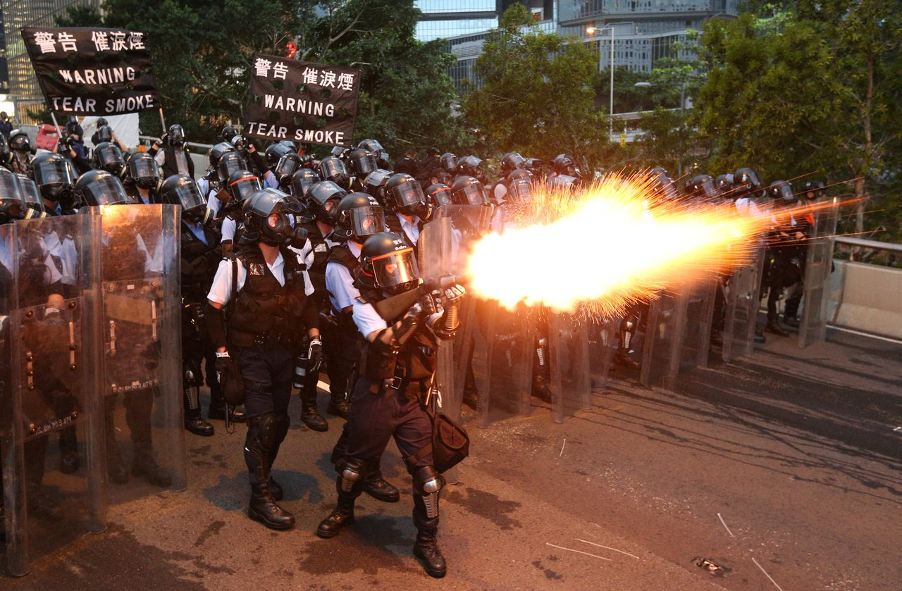 反送中抗議爆發衝突,港警發射橡膠子彈驅離民眾。路透社