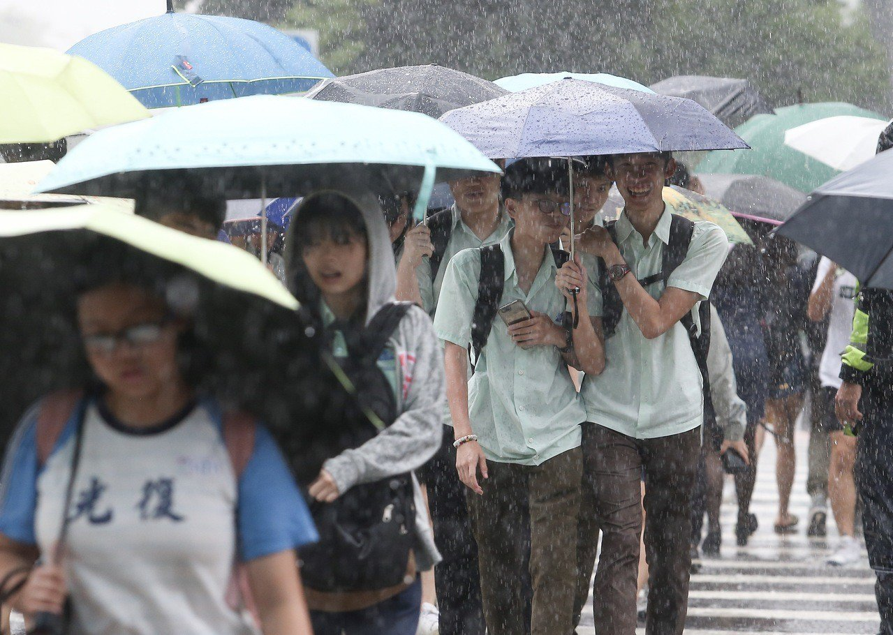 氣象局說,鋒面仍徘徊,雨還沒有下完。 聯合報系資料照/記者余承翰攝影