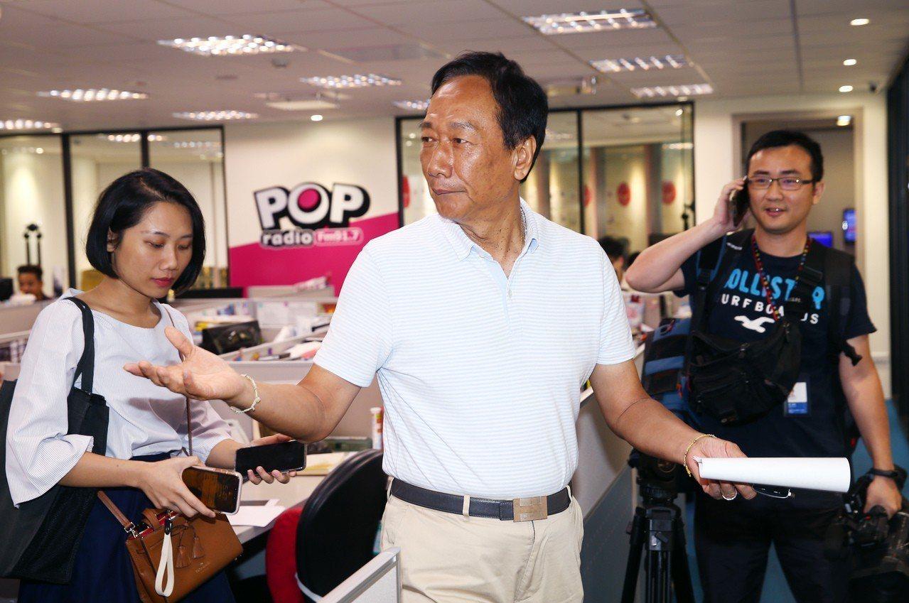 郭台銘(中)下午前往POP電台接受專訪。記者杜建重/攝影